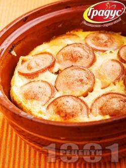Запеканка от кренвирши, сирене, яйца и домати в гювече - снимка на рецептата